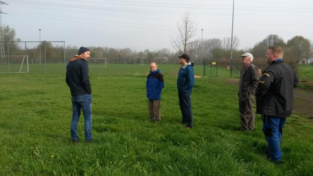 Begehung mit den Projektbeteiligten auf der Wiesenfläche in Exten