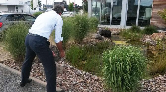 Um den Bereich am Teich kümmert sich der Chef persönlich.
