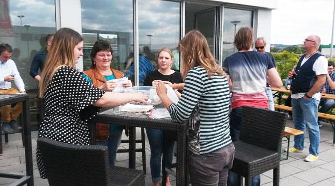 Die Aktion ist Teil des Sommerfests mit hoch motiviertem Grillmeister und köstlichen Beilagen aus den privaten Küchen der MitarbeiterInnen.