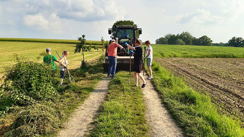 """Ehrenamtliche Helfer*Innen und """"Landwirschaft"""" arbeiten Hand in Hand! :-)"""